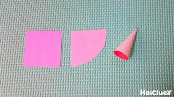 4分の1に切った折り紙を扇形にし、円錐形に丸めた写真