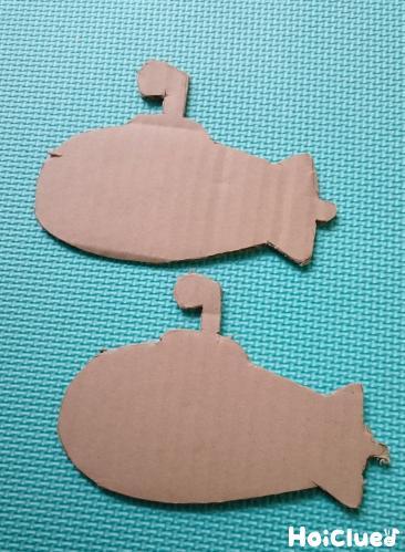 段ボール2枚を潜水艦の形に切り取った写真