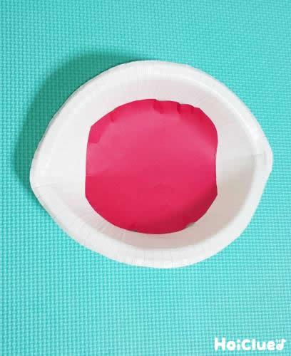 紙皿を折り目をつけて中を赤くした写真