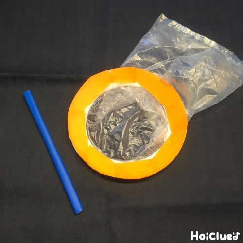 紙皿に折り紙をはり割り箸にも折り紙を貼った写真