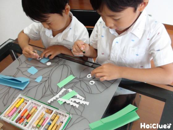画用紙で動物のパーツを作る子どもたち様子