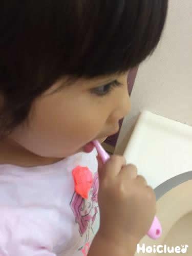 歯磨きしている写真