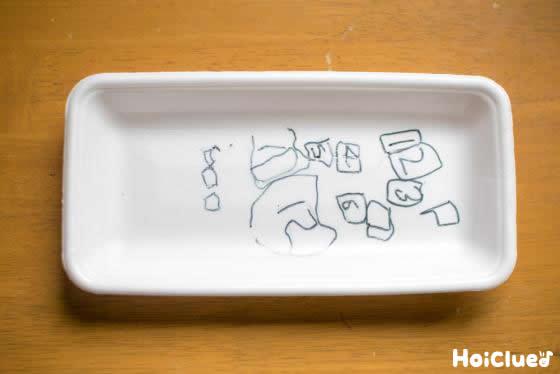 リモコンのボタンの絵を描いたスチロール皿の写真