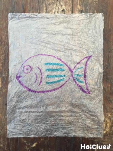 ビニールに魚の絵を描いた写真