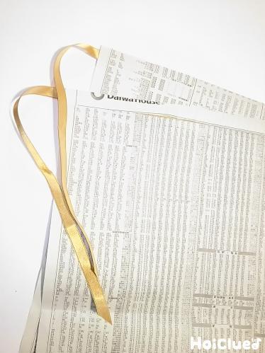 新聞紙にリボンをつけた写真
