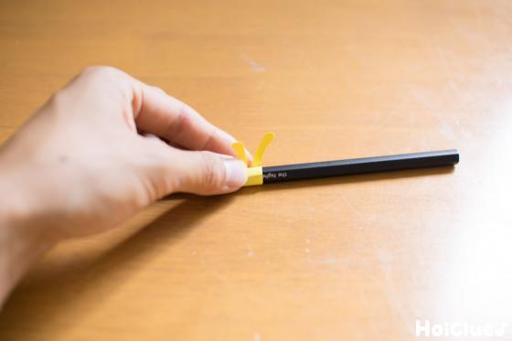 鉛筆に巻きつけている写真