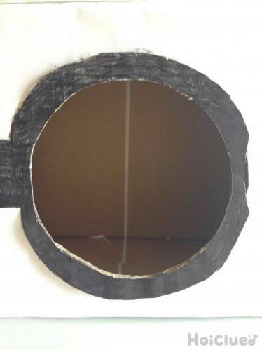 扉の部分を穴をあけて作成している写真