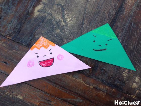 折り紙を三角に折って顔を描いた写真