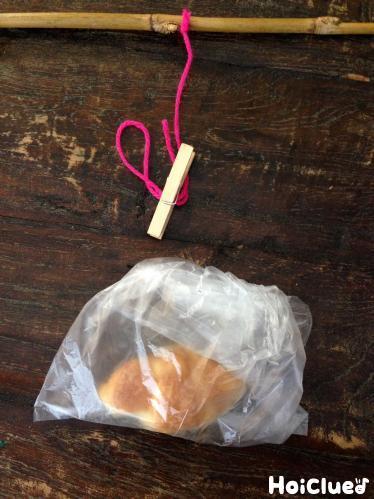 袋にパンをいれて洗濯バサミで留めている写真