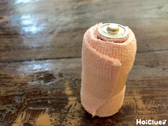 単3乾電池の周りに布を巻きセロハンテープで止めた写真