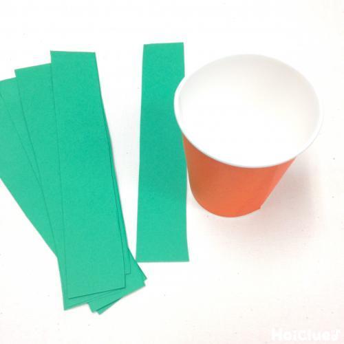 紙コップと細長く切った色画用紙の写真