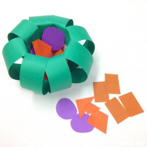 紙コップの中にいろいろな形にカットした折り紙を入れた写真