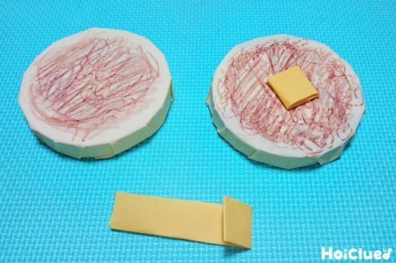 色画用紙でチーズを作って乗せいる写真