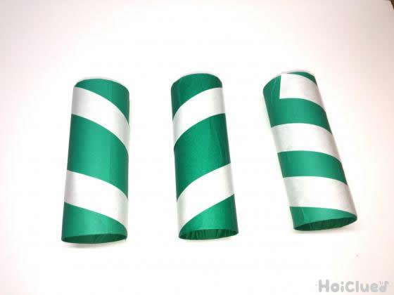 トイレットペーパーの芯に緑の折り紙を貼りつけさらにテープを巻きつけた写真