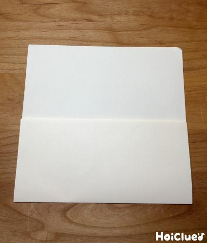 画用紙を折って封筒を作っている写真