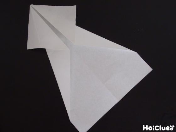 紙を折っている写真