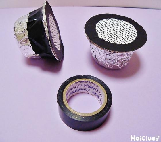 黒いビニールテープを巻いている写真