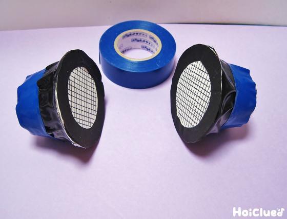 青いビニールテープを巻いている写真