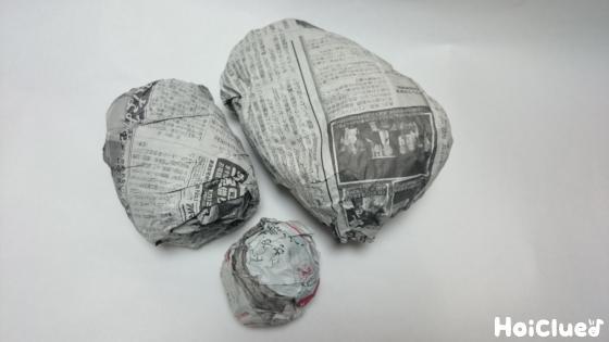 新聞紙を丸めて作った顔、首2個のパーツの写真