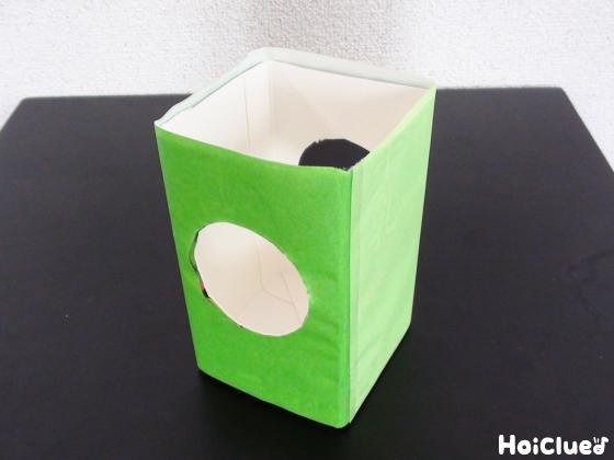 牛乳パックに穴を開けて周りを折り紙で包んだ写真