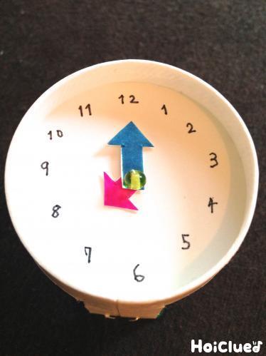 文字盤に時計の針をつけた写真