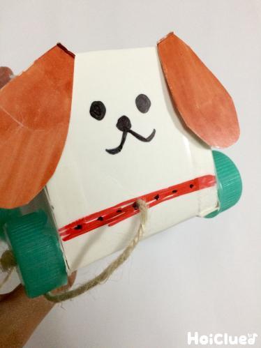 箱の前面に犬の耳を貼り付け顔を描いた写真