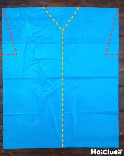 水色のカラーポリ袋に袖部分と、前が開く様に切り取り線を描いた写真