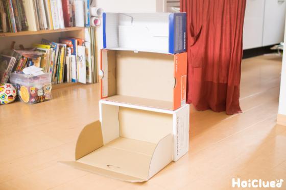 箱をかさねて3階建てにしている写真