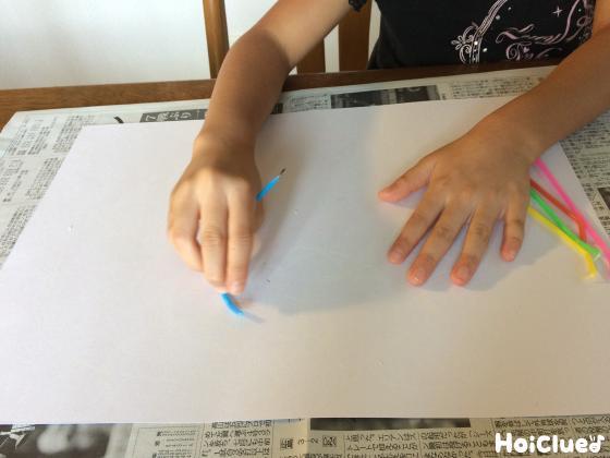 色つきのろうそくで絵を描いている写真
