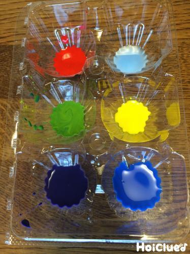 卵パックをパレットに色水を作った写真