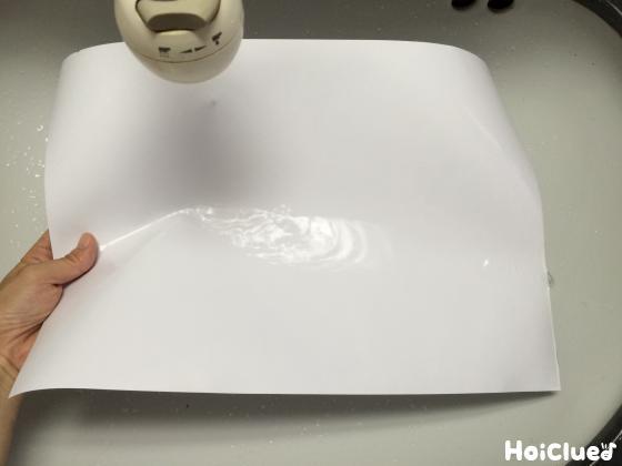 画用紙を水で濡らす様子