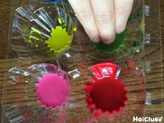 指に色水をつける様子