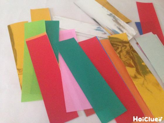 短冊切りにした色んな色の折り紙の写真