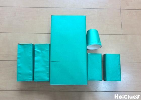 折り紙を貼った箱と紙コップの写真