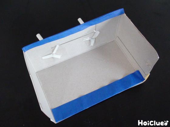 箱に開けた穴に2本のストローを差し込み固定した写真