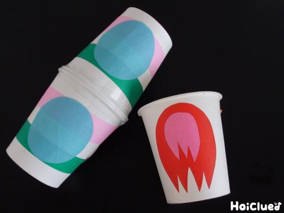 2個繋げた紙コップにロケットを、輪ゴムを通した紙コップには炎の模様を貼り付けた写真