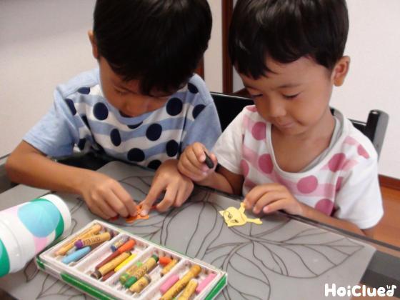 宇宙飛行士などを画用紙で作る子どもたちの様子