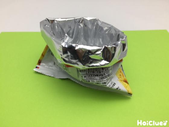 輪切りの重乳パックを菓子袋に通している写真