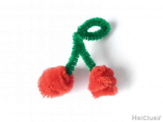 緑と赤のモールでサクランボを作った写真