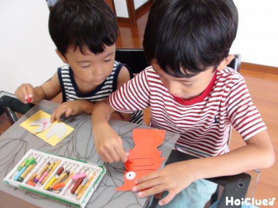 ザリガニに色を塗る子どもたちの様子