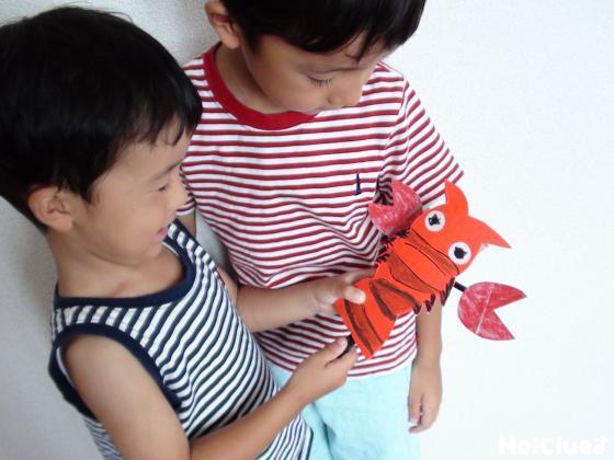 ザリガニのハサミを動かして遊ぶ子どもたちの様子