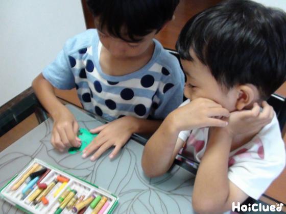 画用紙でカエルを作る子どもたちの様子