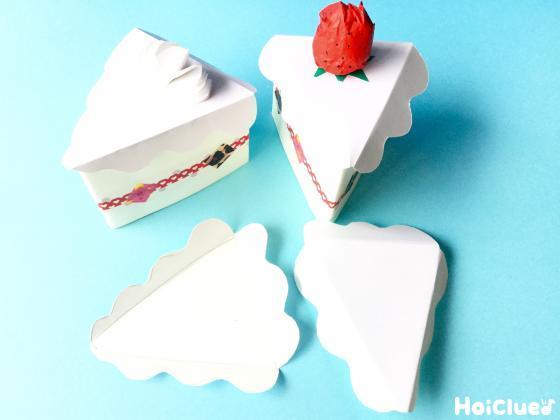 組み合わせてカートしたケーキの形をつくりいちごを乗せた写真