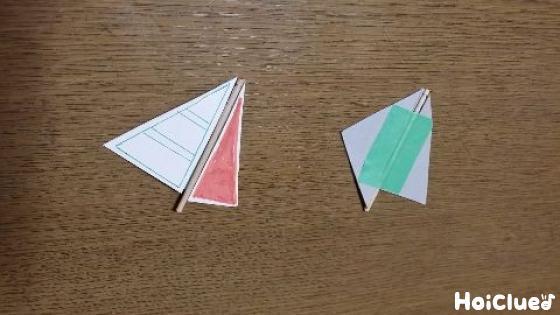 爪楊枝に厚紙を貼り付けヨットの帆を作る様子