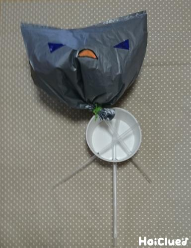 カップに通したストローにビニール袋を固定した様子