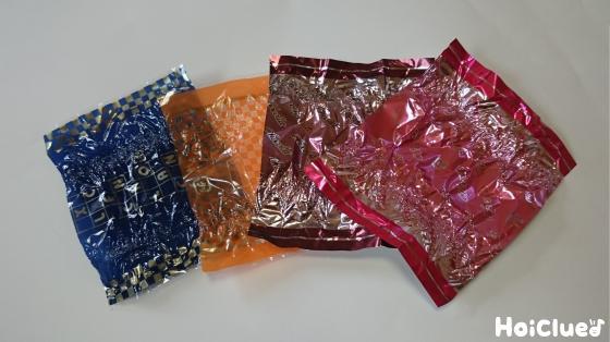 カラーセロファンのお菓子の包み紙を準備した写真