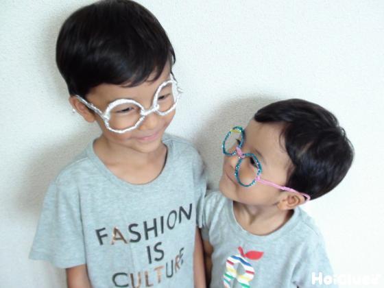 メガネをかけて遊ぶ子どもたちの様子
