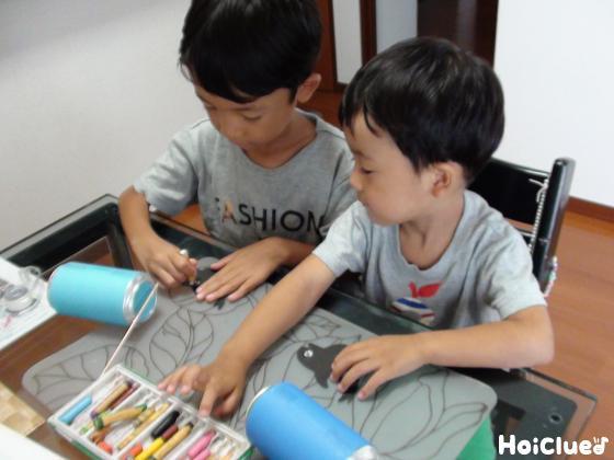 画用紙でクジラを作る子どもたちの様子