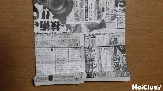 新聞紙を折る様子