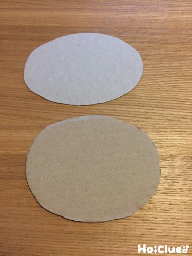 厚紙で楕円形をふたつ作った写真
